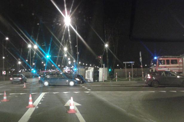 Opel uderzył w forda na rondzie przy moście - Zdjęcie główne