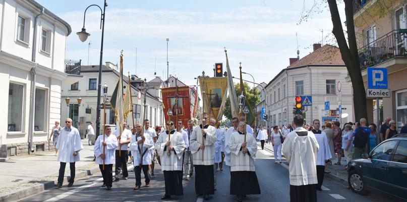 Co roku w procesjach szły tłumy wiernych. Pandemia pokrzyżowała plany  - Zdjęcie główne