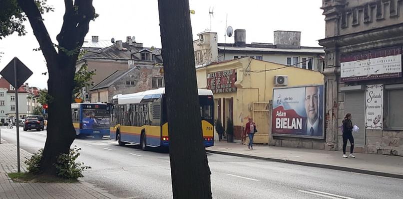 Wyborczy billboard z kandydatem wciąż wisi w centrum miasta. Kto to posprząta? - Zdjęcie główne