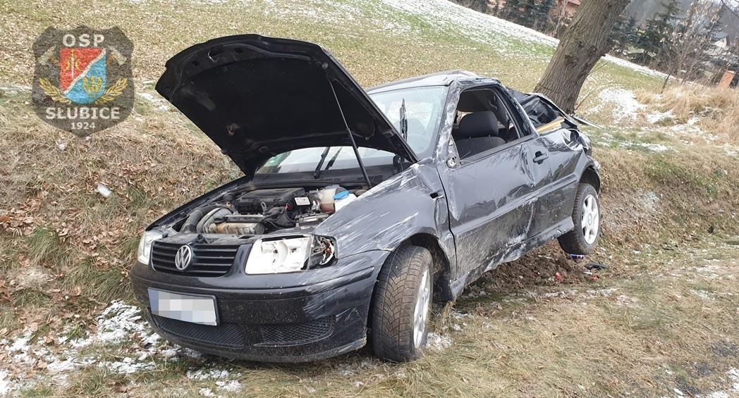 Wypadek w powiecie płockim. Samochód wypadł z drogi [ZDJĘCIA, FILM] - Zdjęcie główne