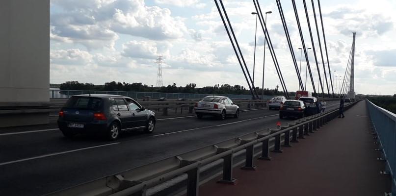 Duży korek na moście. Zderzyły się dwa auta  - Zdjęcie główne