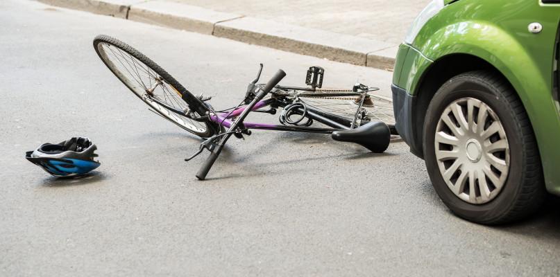 Dwa wypadki. Dachowanie pod Płockiem, potrącenie nastolatka - Zdjęcie główne