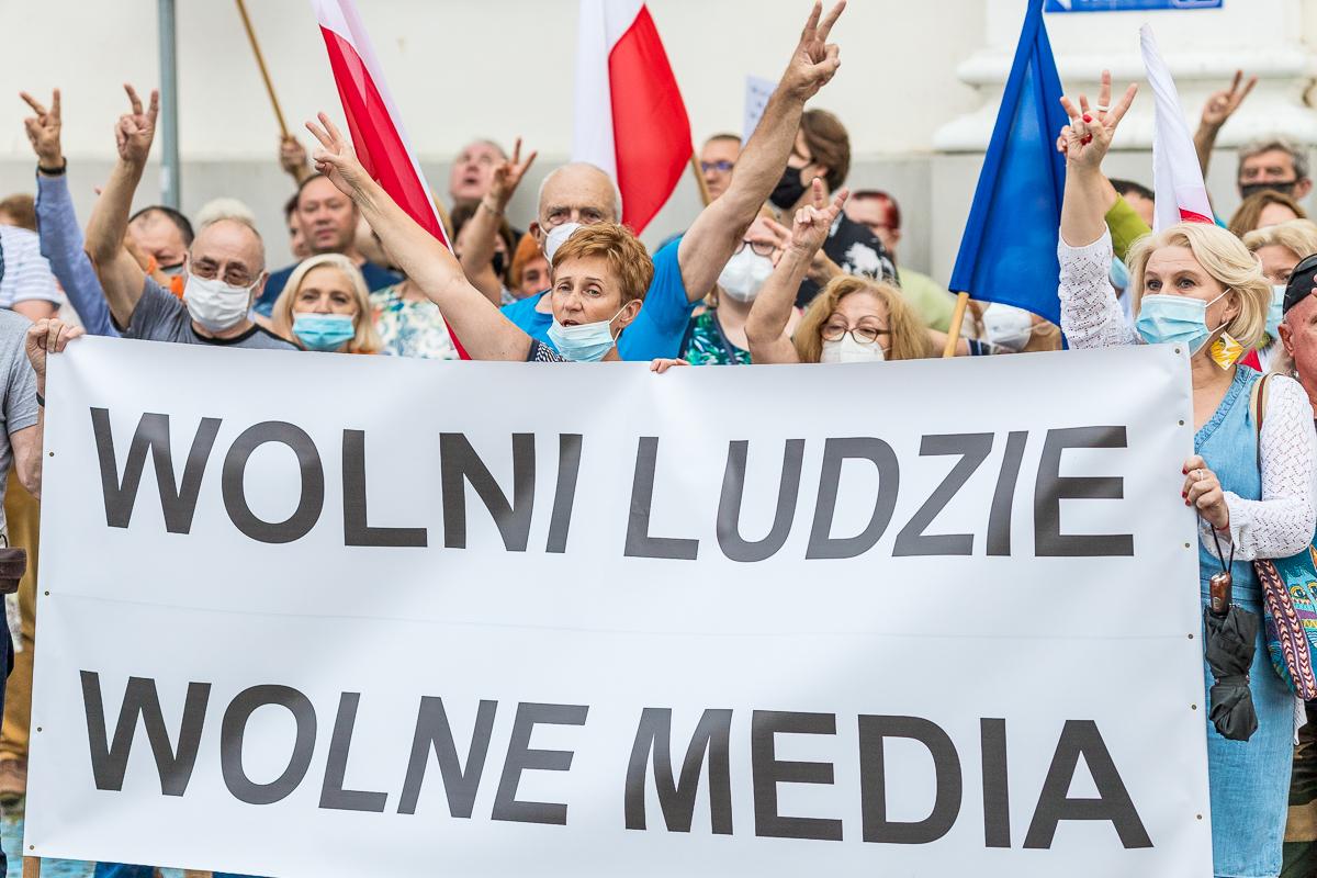 """""""Wolni ludzie, wolne media"""". Płocczanie protestowali przeciw ustawie medialnej [ZDJĘCIA] - Zdjęcie główne"""