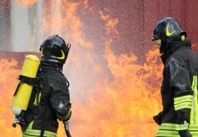 Płonęła fabryka. Z ogniem walczyło 20 zastępów straży pożarnej - Zdjęcie główne