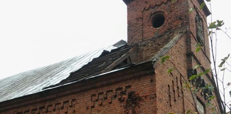 Kościół zniszczony przez burzę. Powyrywane drzewa - Zdjęcie główne