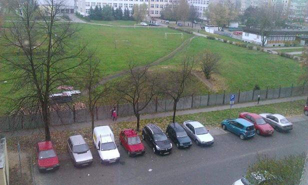 Przedszkole, plac zabaw i parking. Za górkę - Zdjęcie główne