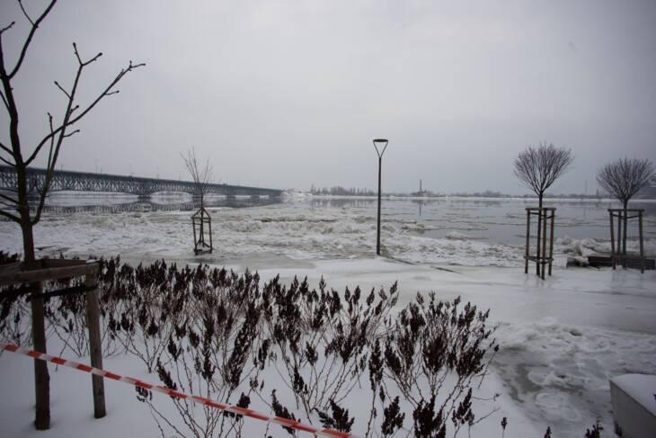 Poziom wody w Wiśle minimalnie opada - Zdjęcie główne