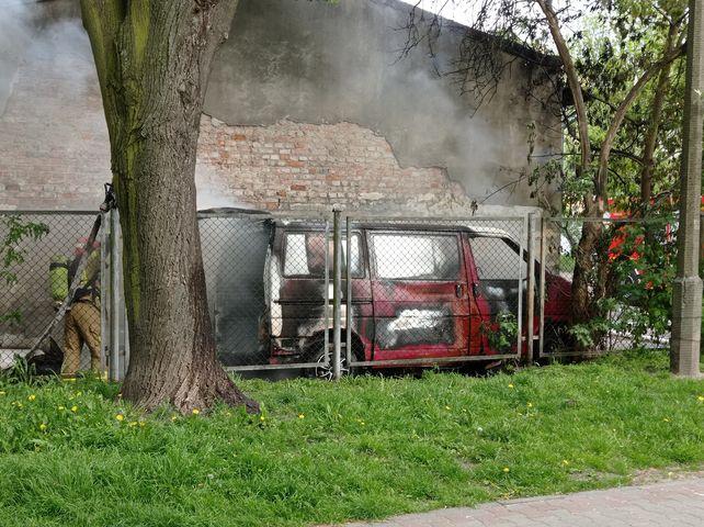 Pożar w Płocku. Płonął samochód dostawczy [ZDJĘCIA] - Zdjęcie główne