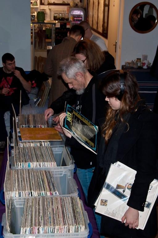 Winyle, CD, kasety. Fani muzyki ruszyli na łowy - Zdjęcie główne