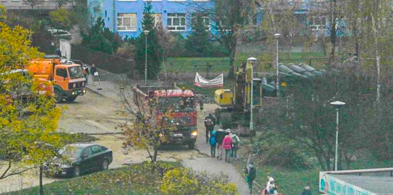 To może być niebezpieczne. Dzieci przeciskają się przy koparce na placu budowy w drodze do szkoły - Zdjęcie główne