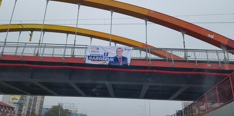 Plakat wyborczy na wiadukcie. Tak nie wolno  - Zdjęcie główne