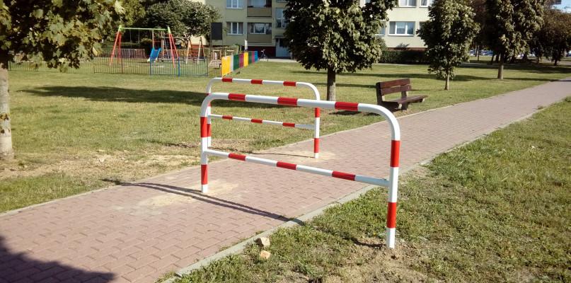 Tajemnicze barierki na chodniku. O co chodzi? - Zdjęcie główne