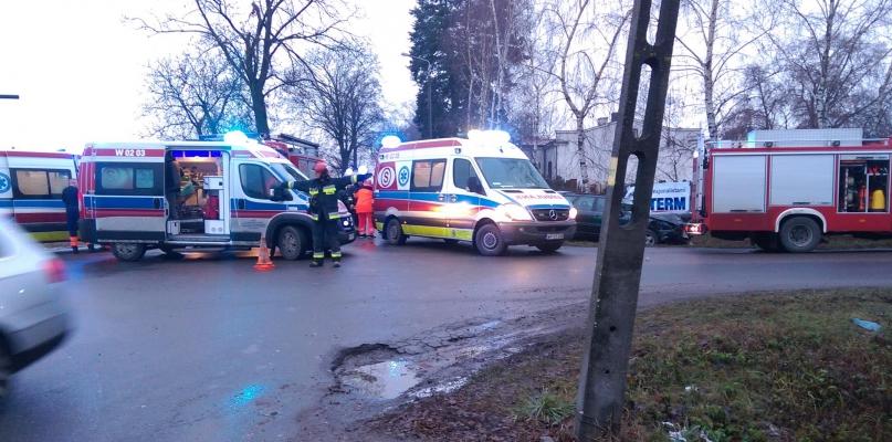Dwa auta zderzyły się na skrzyżowaniu. Cztery osoby w szpitalu - Zdjęcie główne