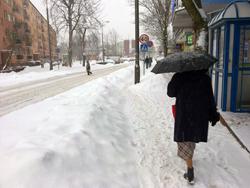 Sopel uszkodził auto, śnieg spadł na głowę - Zdjęcie główne