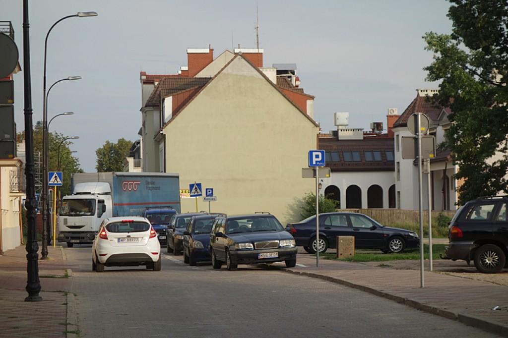 Samowolka. Auta na placu i na promenadzie - Zdjęcie główne
