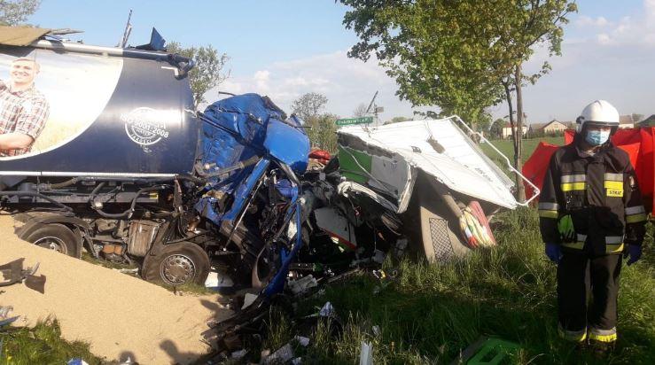 Śmiertelny wypadek. Czołowe zderzenie dwóch ciężarówek [ZDJĘCIA] - Zdjęcie główne