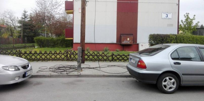 Na chodniku leży sterta kabli. Od kilku dni! - Zdjęcie główne