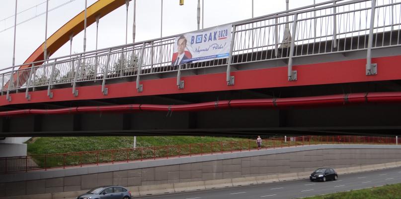 Baner jednego z kandydatów na wiadukcie. Ratusz: to olbrzymia nieodpowiedzialność - Zdjęcie główne
