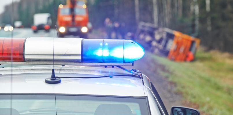 Wypadek pod Płockiem. 39-latek ranny, policja szuka kierowcy  - Zdjęcie główne