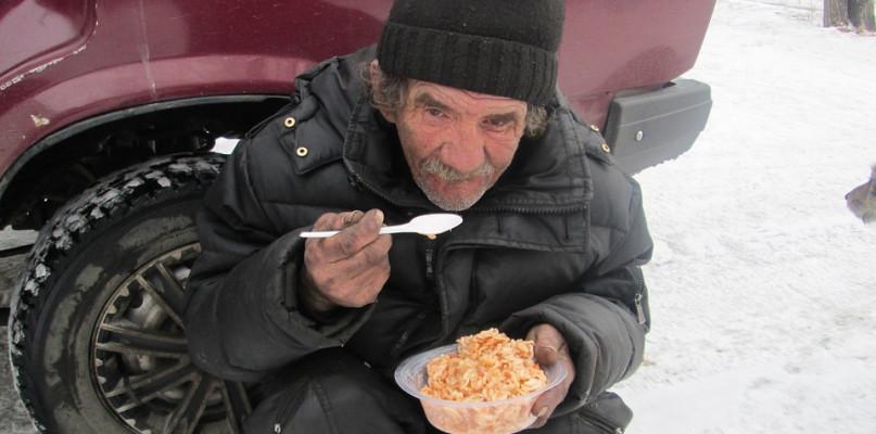 """Jeśli chcesz im pomóc, """"zawieś"""" posiłek. To bardzo proste - Zdjęcie główne"""