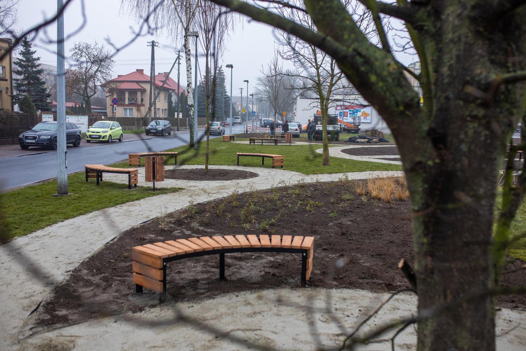 Nowy skwer w Płocku. Powstał u zbiegu ulic Kochanowskiego i Bielskiej - Zdjęcie główne