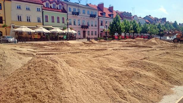Znów budują plażę przed ratuszem [FOTO] - Zdjęcie główne