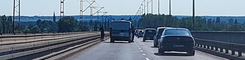 Zderzenie dwóch samochodów na moście  - Zdjęcie główne