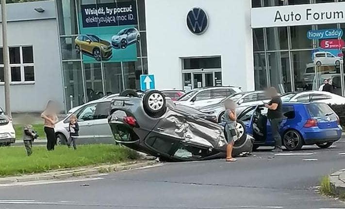 Poważnie wyglądające zdarzenie w Płocku. Dachował samochód [ZDJĘCIA] - Zdjęcie główne