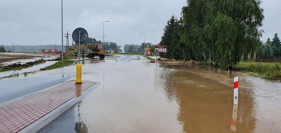 Droga na Słubice wciąż zalana. Utrudnienia potrwają co najmniej kilka godzin [ZDJĘCIA] - Zdjęcie główne