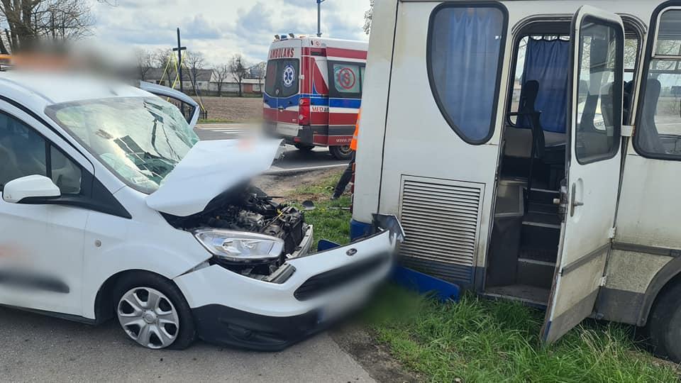 Wypadek w powiecie. Kierowca autobusu wymusił pierwszeństwo [ZDJĘCIA] - Zdjęcie główne