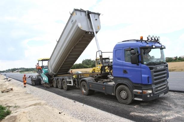 Kładą asfalt na obwodnicy. 700 ton dziennie - Zdjęcie główne