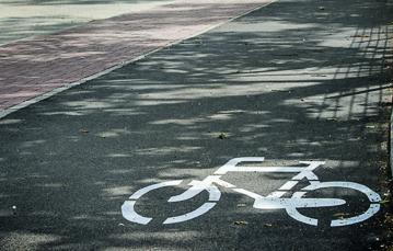 Rowerzyści na jezdni. Za to z separatorami - Zdjęcie główne