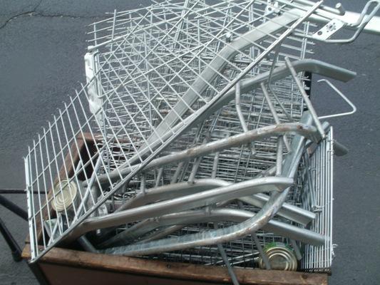 Kobieta z pociętymi wózkami sklepowymi - Zdjęcie główne