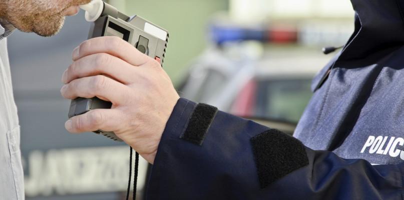Pijany kierowca jechał wężykiem. Zareagował policjant, który był już po służbie - Zdjęcie główne