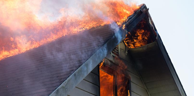Płonie dom pod Płockiem. Na miejscu 7 zastępów straży - Zdjęcie główne