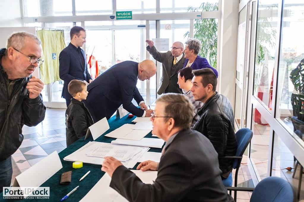 Trwają wybory samorządowe - Zdjęcie główne