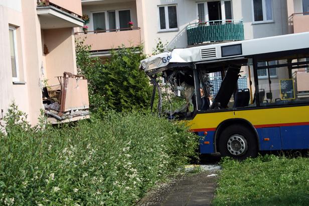 Autobus uderzył w blok, są ranni [FOTO] - Zdjęcie główne