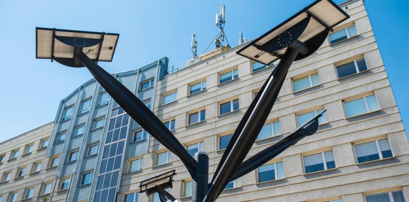 Dziwna konstrukcja przed budynkiem starostwa [FOTO] - Zdjęcie główne