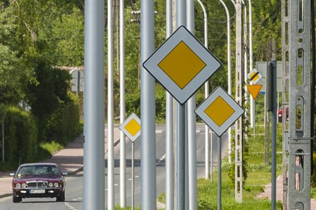 Absurdalne znaki drogowe w polu [FOTO] - Zdjęcie główne