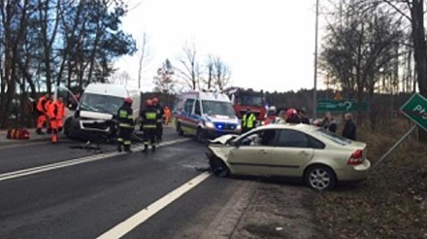 Dwa auta zderzyły się czołowo [FOTO] - Zdjęcie główne