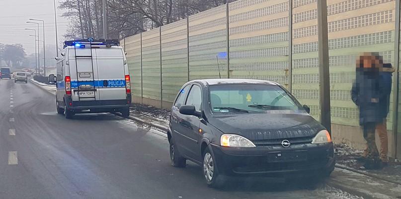 Opel uderzył w barierę ochronną. Uważajcie, jest ślisko! - Zdjęcie główne