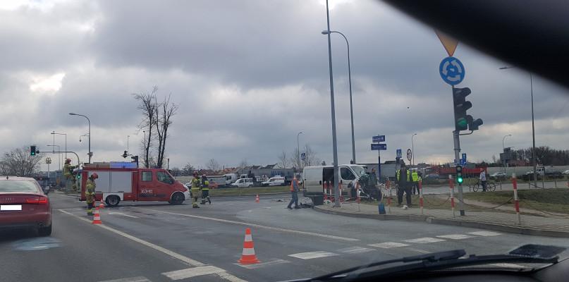 Zderzenie na rondzie Wojska Polskiego. Jeden z kierujących w szpitalu - Zdjęcie główne