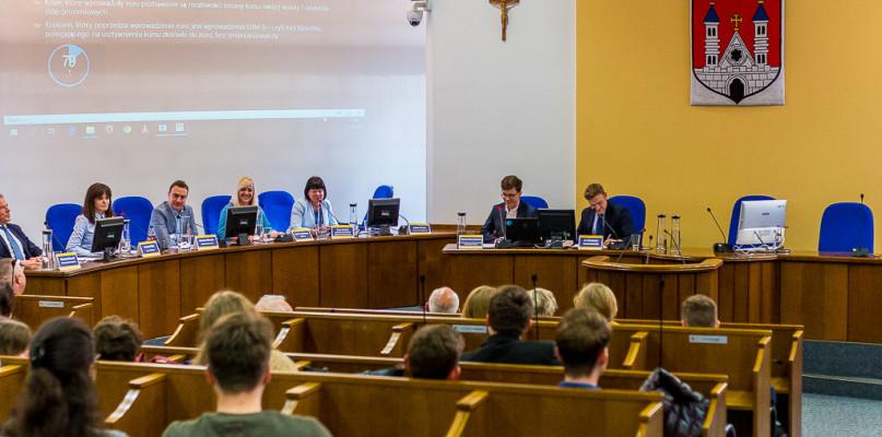 Młodzi radni zorganizowali debatę. Tematem przewodnim problemy młodzieży - Zdjęcie główne