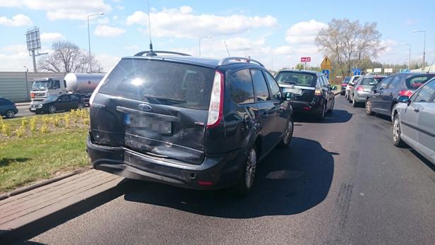 Zderzenie trzech aut przed rondem [FOTO] - Zdjęcie główne