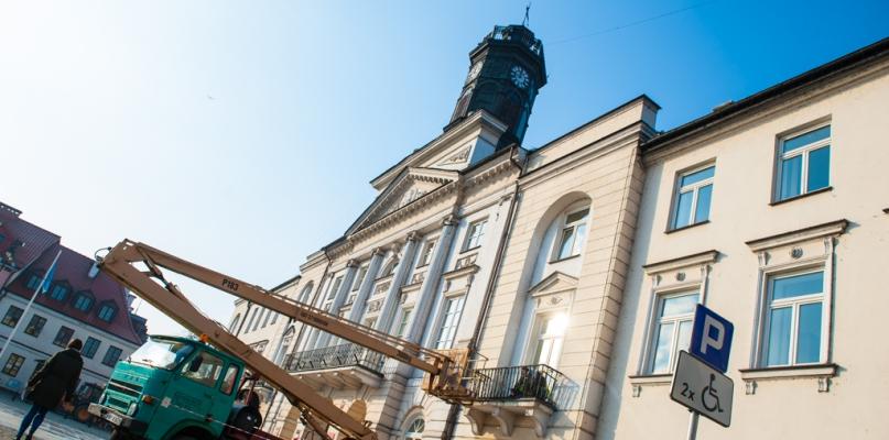 Rozwieszają już świąteczne dekoracje na Starym Rynku  - Zdjęcie główne