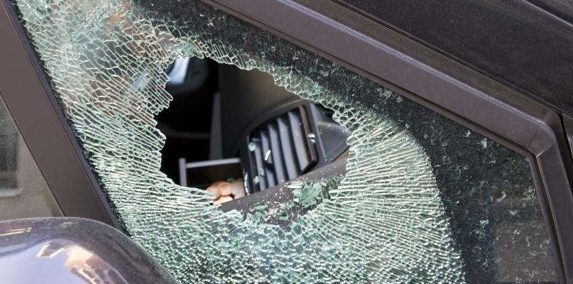 Wybito szyby w trzech autach w Płocku - Zdjęcie główne