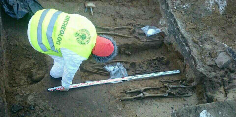 Szukają szczątków na terenie byłej komendy - Zdjęcie główne