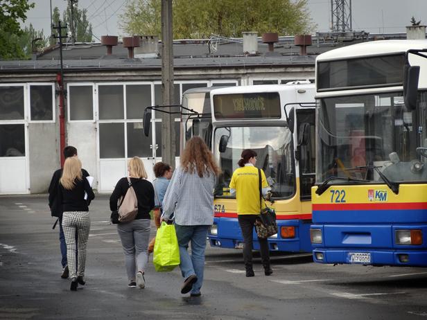 W autobusie: drzwi ścisnęły głowę kobiety? - Zdjęcie główne