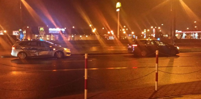 Przy galerii zderzyły się radiowóz i samochód osobowy - Zdjęcie główne