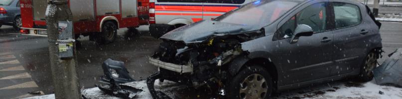 Kolizja na Jachowicza. Osobówka zderzyła się z autobusem [WIDEO I FOTO] - Zdjęcie główne